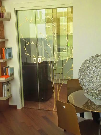 Porta scorrevole in vetro decorata da mdb portas nurith for Mdb portas nurith