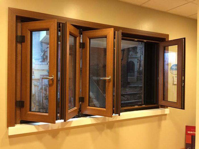 Ampie finestre in pvc a libro e frangisole in allumino a - Finestre pvc milano ...