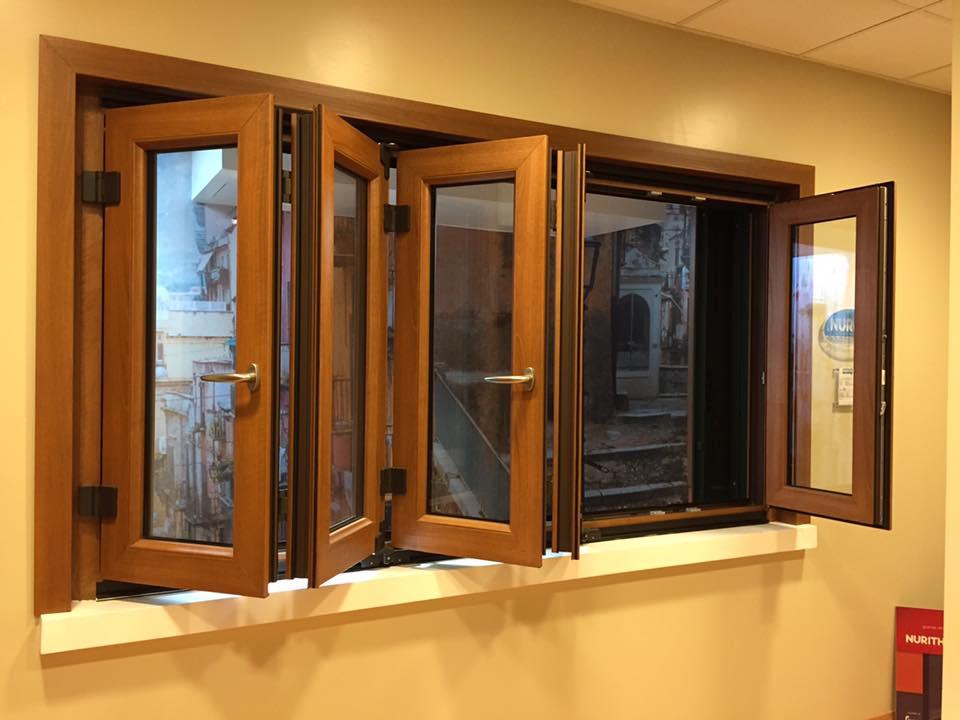 Ampie finestre in pvc a libro e frangisole in allumino a - Pannelli oscuranti finestre ...